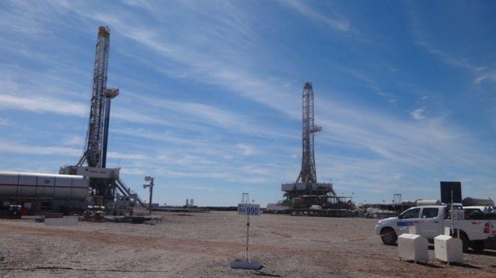 Dos operarios petroleros se accidentaron tras caer de una torre