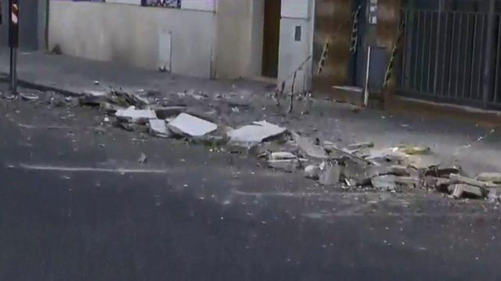 Derrumbe de mampostería y corte de tránsito en Roca al 300