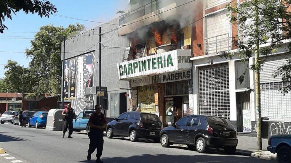 Se incendió una carpintería en Palermo y trasladaron a nena por inhalación de humo