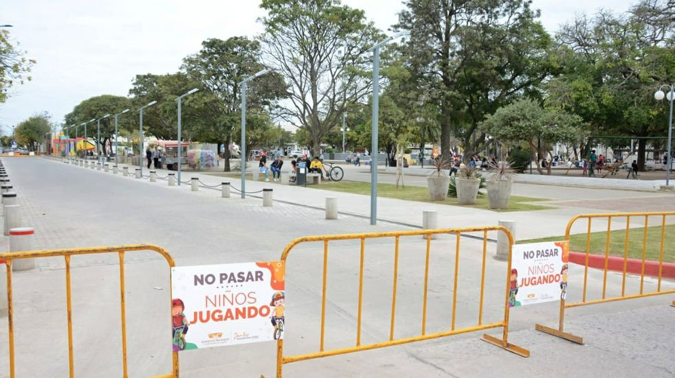 La calle Rivadavia de Arroyito se transforma en espacio de juegos