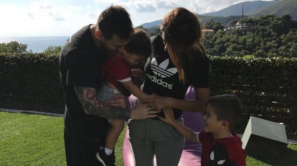 La tierna foto del hijo de Messi besando la pancita de Antonela Roccuzzo