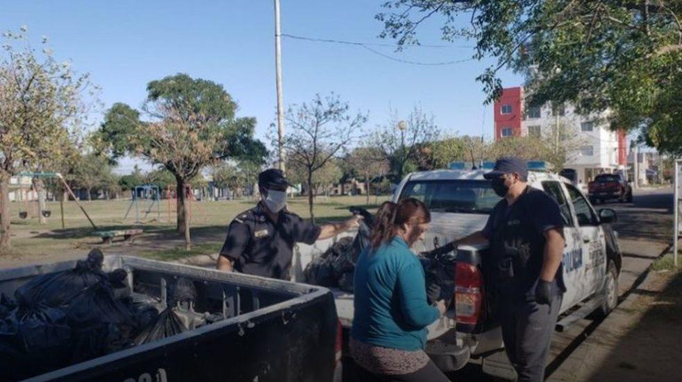 Policías bahienses llevaron bolsones de alimentos a los más necesitados