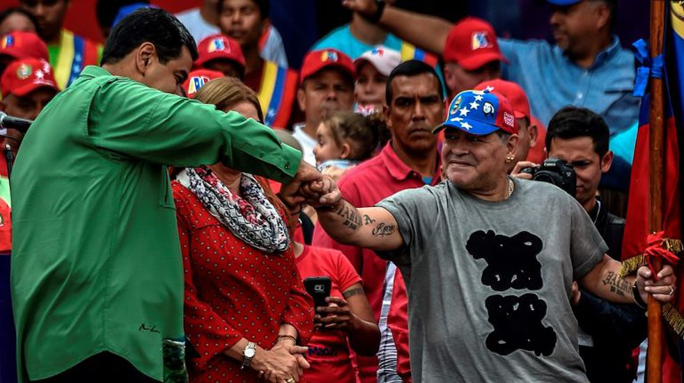 Nicolás Maduro se saluda con Diego Maradona en mayo de 2017. (Foto: AFP PHOTO / Juan BARRETO)
