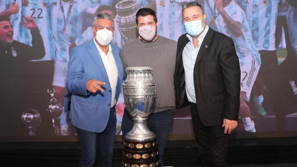 El presidente de Instituto posó con la Copa América y con Chiqui Tapia