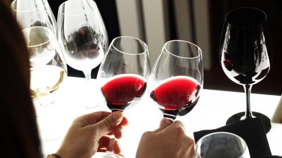 La OMS alertó que beber alcohol no previene contra el coronavirus y busca restringir su venta