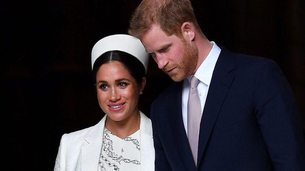 El príncipe Harry y Meghan Markle renuncian oficialmente a sus títulos y dinero de la realeza