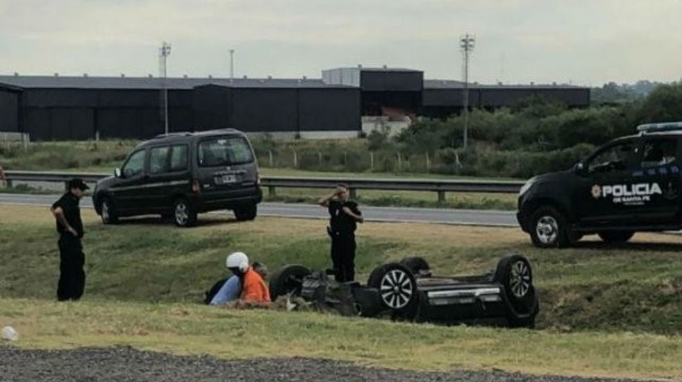 Una mujer volcó en la Autopista a Buenos Aires y fue rescatada por el helicóptero sanitario