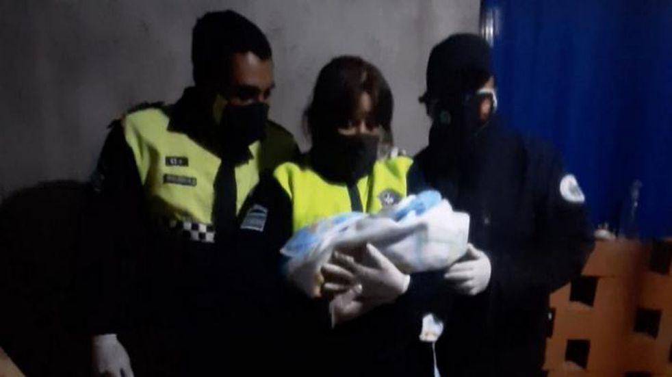 Dos policías ayudaron a una joven de 18 años a dar a luz
