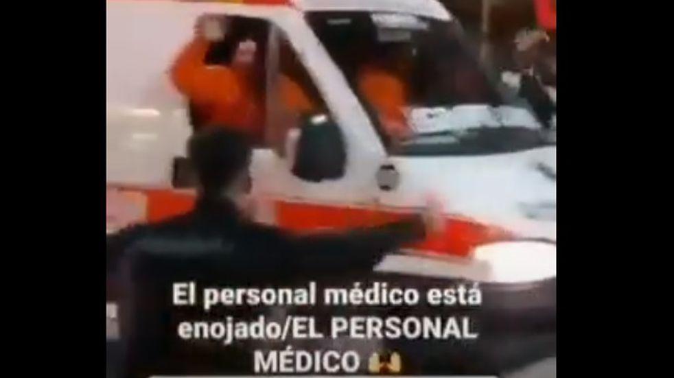 Médicos se sumaron a los festejos de Colón con ambulancia y sin barbijos