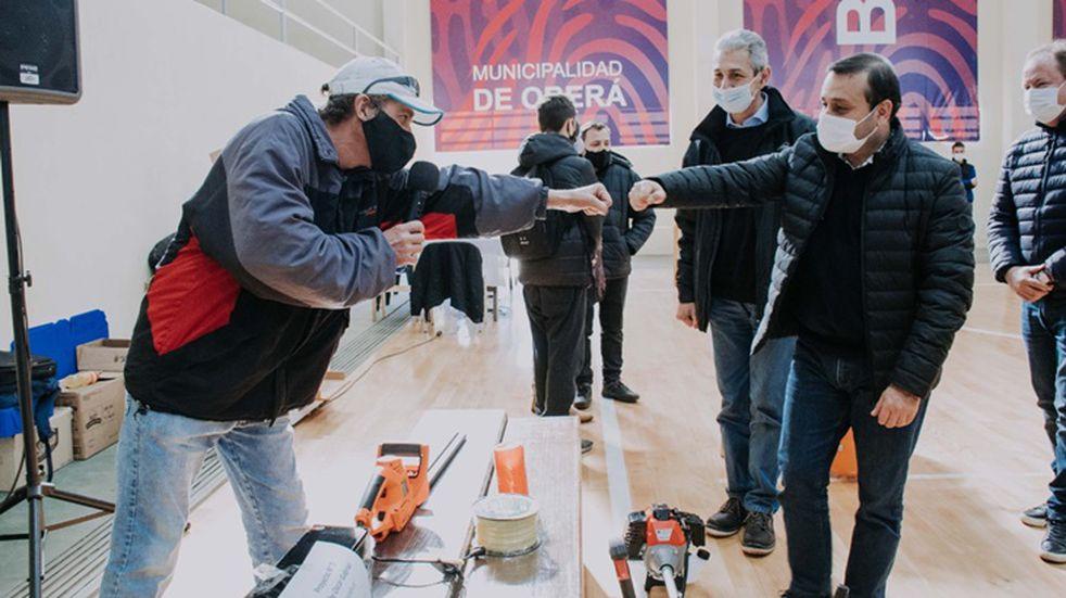 Emprendedores obereños recibieron maquinaria y herramientas para mejorar sus pymes