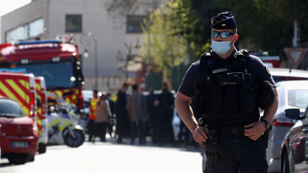 Francia: una agente de policía fue acuchillada por un hombre, y la policía lo abatió