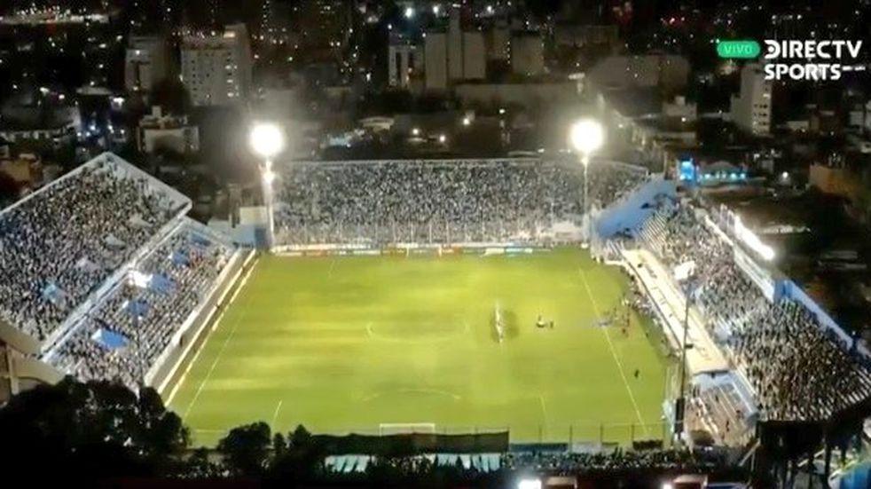 La imagen elocuente de un estadio de Belgrano que superó la capacidad autorizada (Captura TV).