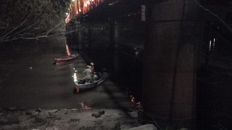 Un hombre que se arrojó al río desde el puente Méndez Casariego