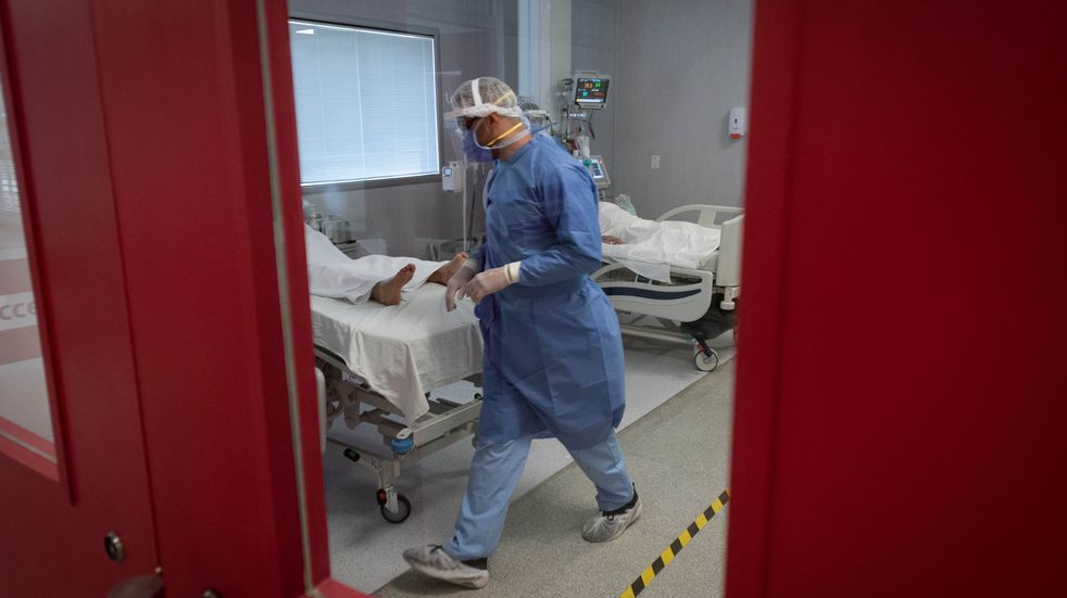 Un policía se vistió de médico para ver a su padre internado por Covid-19, pero ya había fallecido