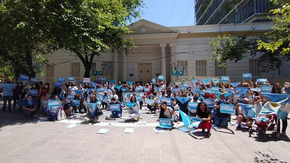 """Organizaciones Provida hicieron una """"Intervención celeste"""" frente a la Legislatura de Mendoza"""