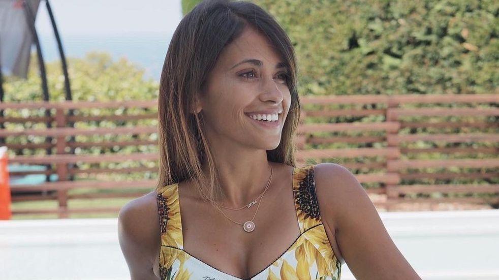 Antonela Roccuzzo estrenó look veraniego con bikini negro en la costa de Ibiza