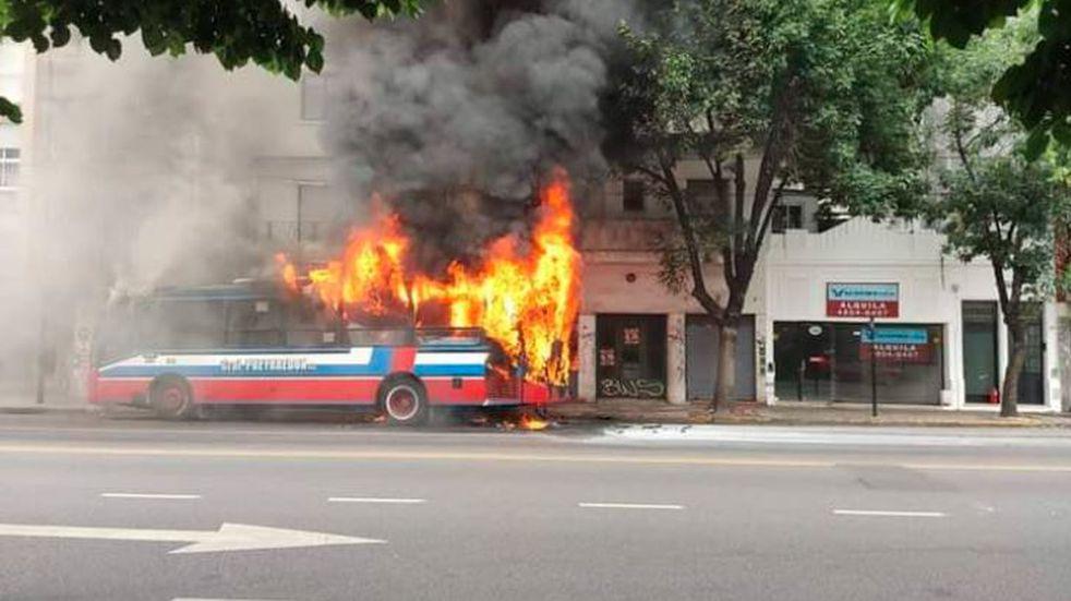 Se incendió un colectivo de la línea 110 en Flores