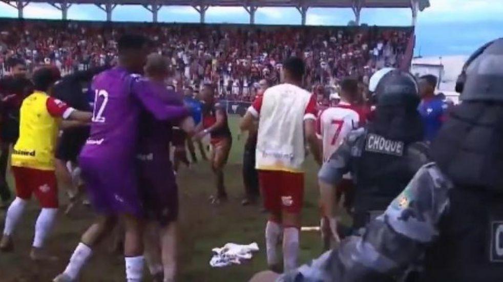 Brasil: un partido de fútbol terminó en batalla campal entre los jugadores