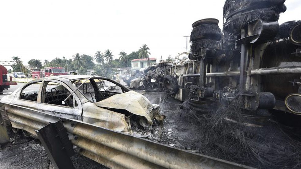 MEX8172. TABASCO (MÉXICO), 29/09/2020.- Vista del lugar de la explosión de un camión cisterna cargado con combustible que dejó este martes, un saldo de cuatro personas muertas en el municipio petrolero de Paraíso, en el estado mexicano de Tabasco, sureste del país. El accidente ocurrió en la localidad de La Raya, en la carretera Comalcalco-Paraíso cerca de las 09.00 horas locales (14.00 GMT), y provocó un gran incendio que arrasó con al menos dos vehículos y cuatro viviendas. EFE/Jaime Ávalos