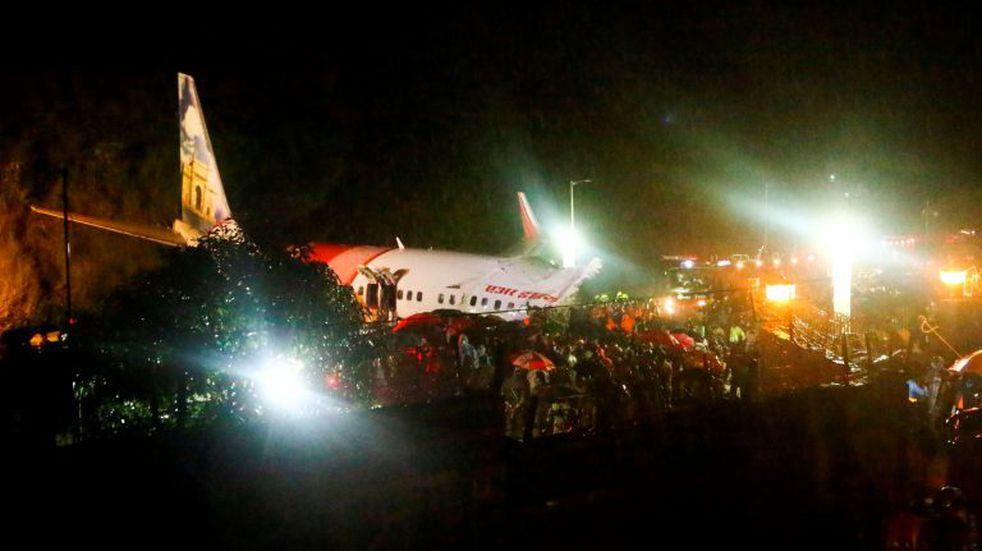 Un avión se estrelló en  un aeropuerto de India: al menos 14 muertos y 15 heridos graves
