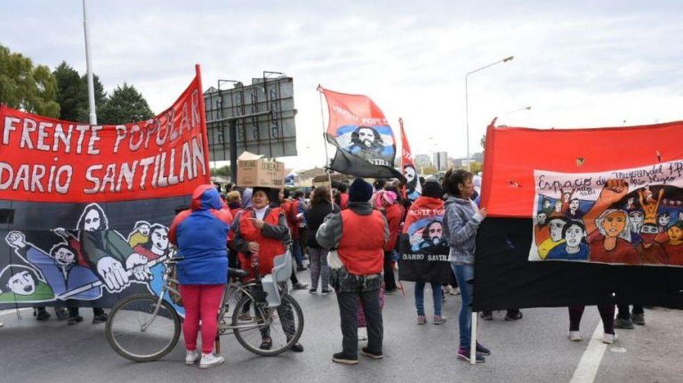 Organizaciones sociales realizan una protesta frente al municipio de Cipolletti