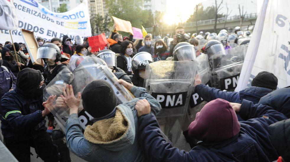 Mañana de tensión en Puente Pueyrredón: empujones y gases entre Prefectura y manifestantes