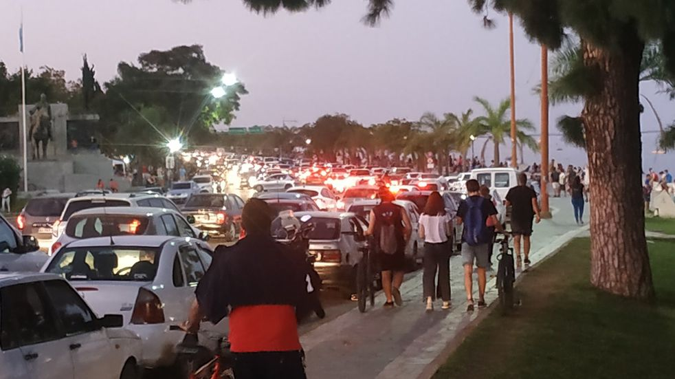 La costanera de Santa Fe desbordada de gente a pesar de las restricciones