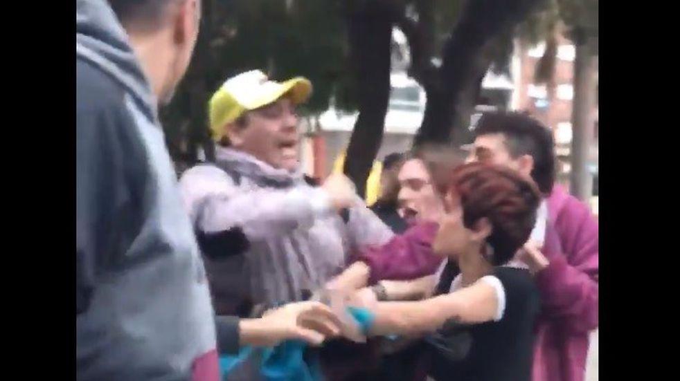 Echaron a una funcionaria del Ministerio de Seguridad por la agresión en un pañuelazo
