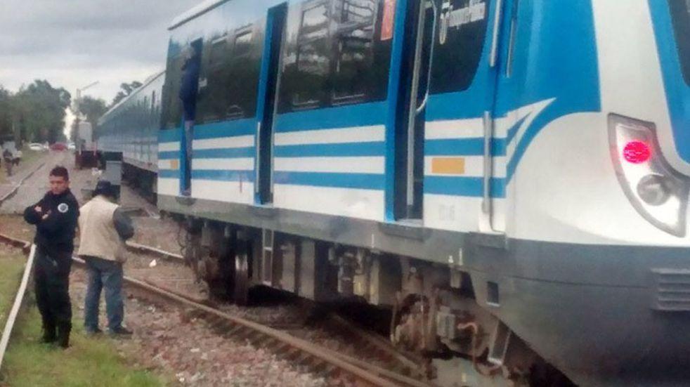 Un problema en el tren provocó que los pasajeros debieran seguir a pie el recorrido