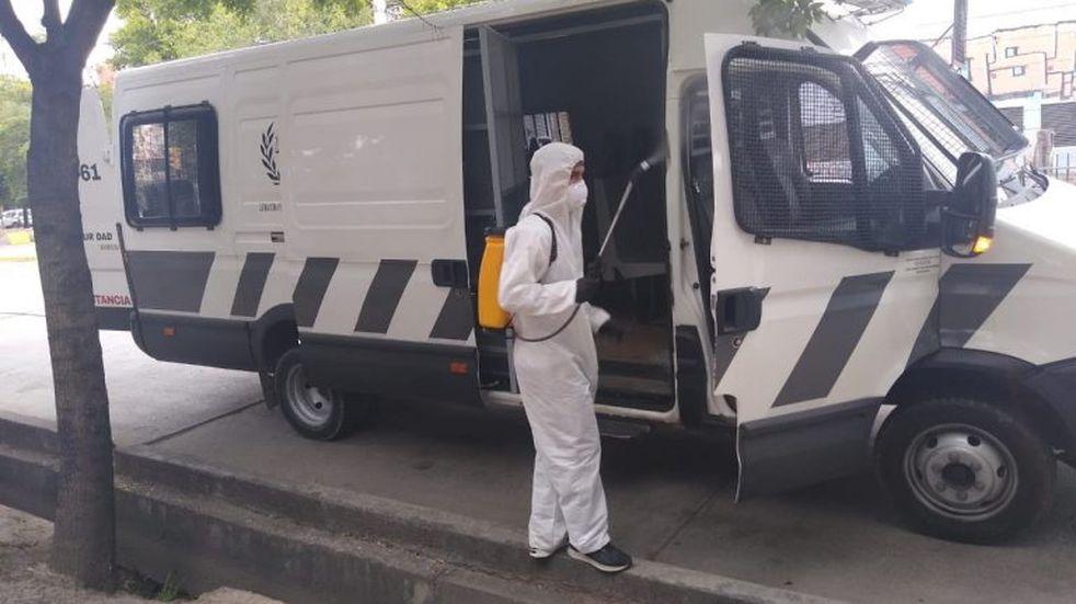 Desinfectan diariamente los móviles que trasladan a presos