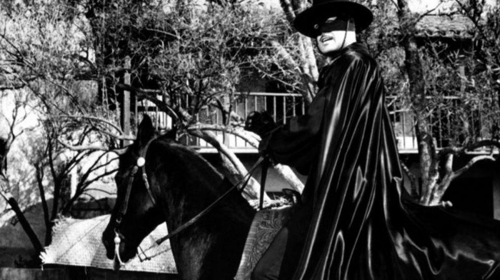 """La foto de """"El Zorro"""" visitando Capilla del Monte que generó revuelo en un grupo de Facebook"""