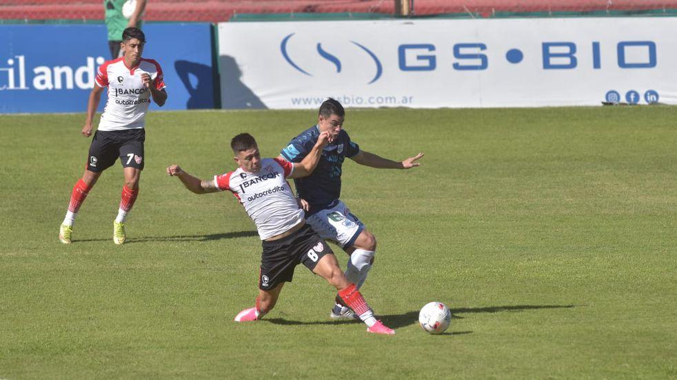 Con todo. Así se jugó en el Monumental de Alta Córdoba el Instituto-Gimnasia de Jujuy por la Primera Nacional. (Facundo Luque)