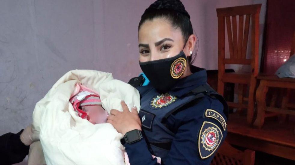 Policías asistieron a una mujer que dio a luz en Córdoba