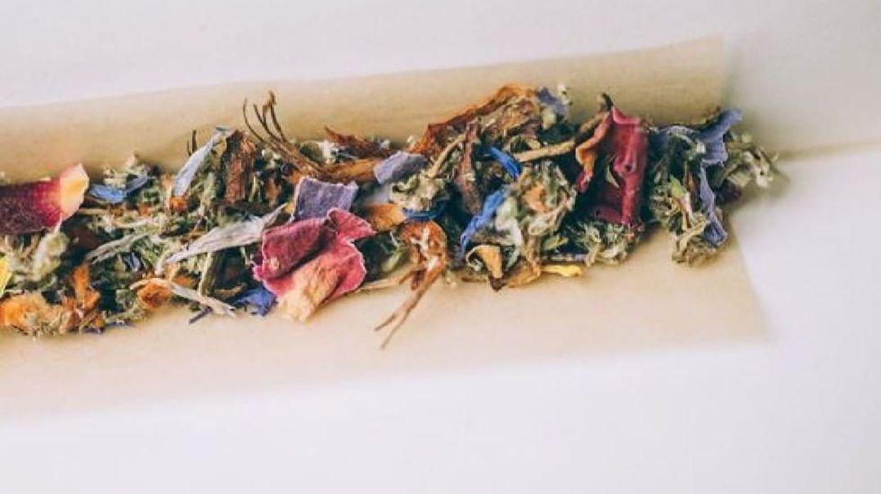 Cigarrillos herbales, el nuevo método que ofrece una mendocina para combatir la ansiedad