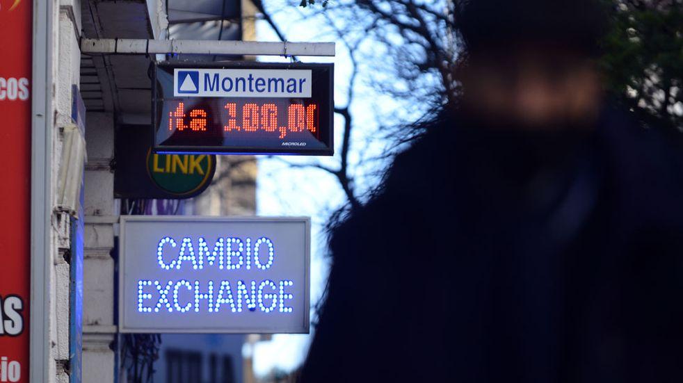 Cayeron las acciones y subió el dólar blue por nervios renovados en el mercado