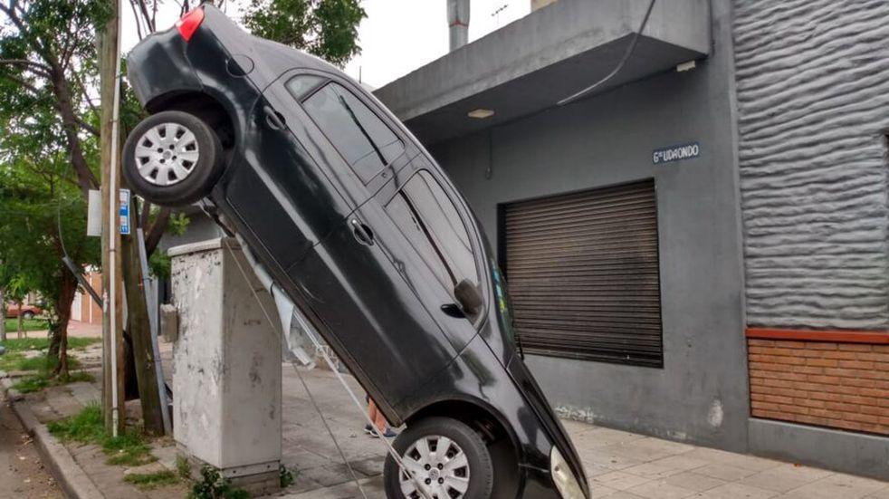Un insólito accidente automovilístico en Lanús se viralizó en las redes