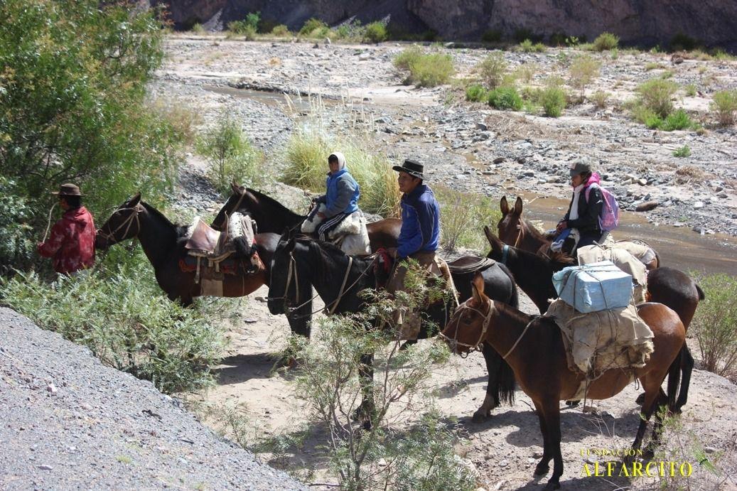 Los voluntarios de la Fundación Alfarcito colaboran con las familias que viven aisladas en la Quebrada del Toro.