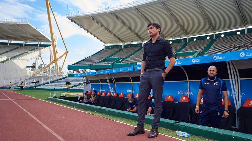 Alexander Medina, DT de Talleres, en una escena antes de un partido de la T en el estadio Mario Alberto Kempes. (Gentileza Prensa Talleres)