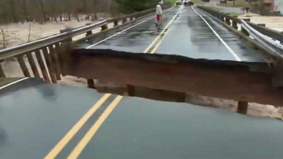 Un puente colapsó en pleno vivo y la notera que lo estaba cubriendo se salvó por segundos