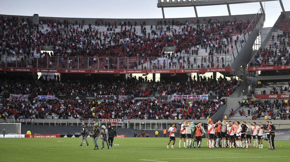 """El Gobierno confirmó que el aforo del 50% en los estadios se mantendrá """"por lo menos hasta el 1 noviembre"""". (Clarín)"""