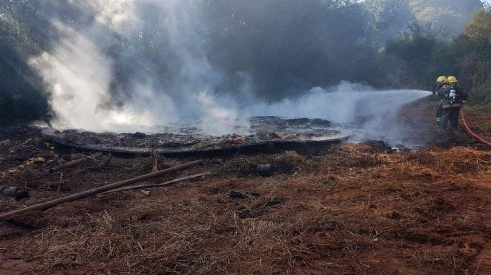 Bomberos trabajaron para apagar un incendio en un depósito de Oberá