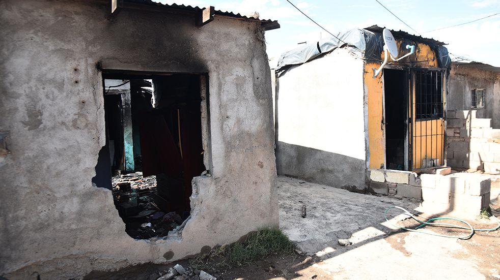 Incendio en barrio Ampliación Ferreyra. Cuatro policías fueron asistidos por inhalación de monóxido de carbono Foto/Pedro Castillo