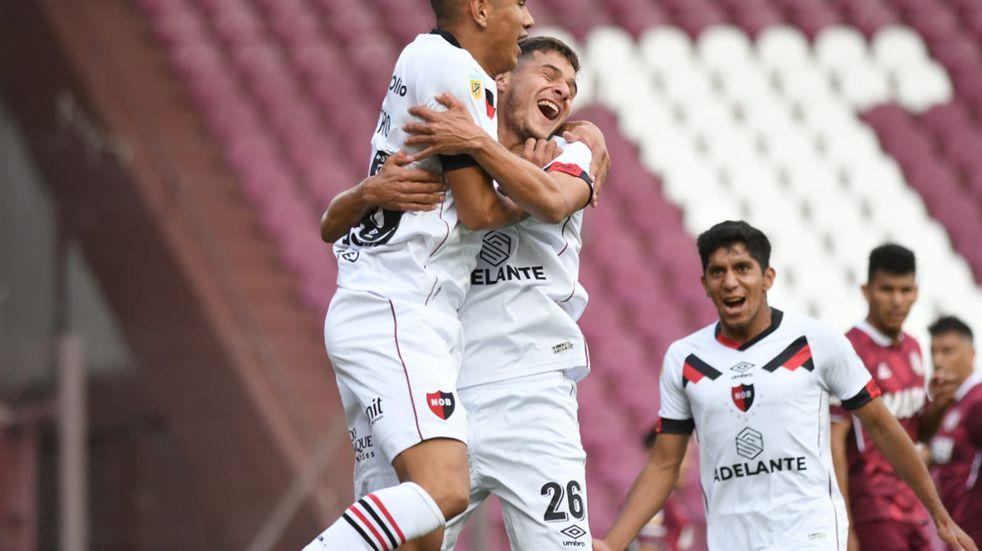 Nicolás Castro es abrazado por Ramiro Sordo, tras convertir el primero de sus dos goles en el triunfo ante Lanús. (@Newells)
