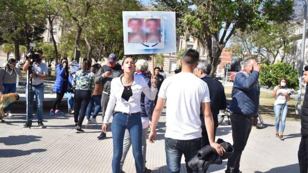 Protesta de padres de los chicos que tenían como docente a un presunto abusador. (Uno de Santa Fe)