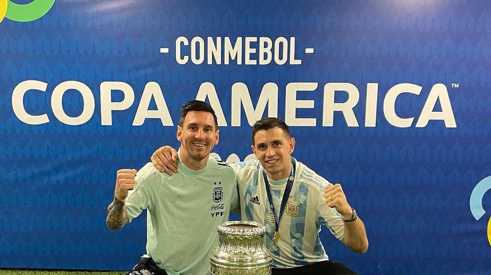 Lionel Messi y Dibu Martínez. (Archivo)