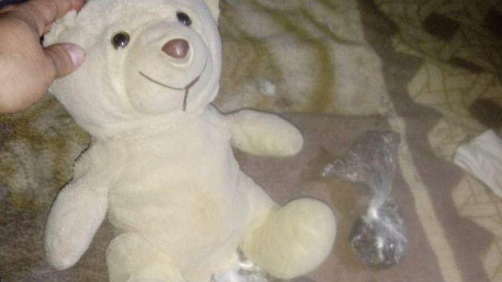 Hallaron droga oculta en un oso de peluche tras persecución en Vía Honda