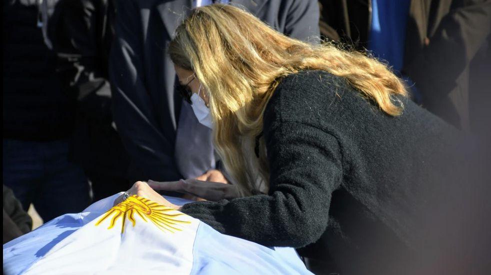 La hija de Carlos Reutemann sacó una foto conmovedora en la tumba de su padre