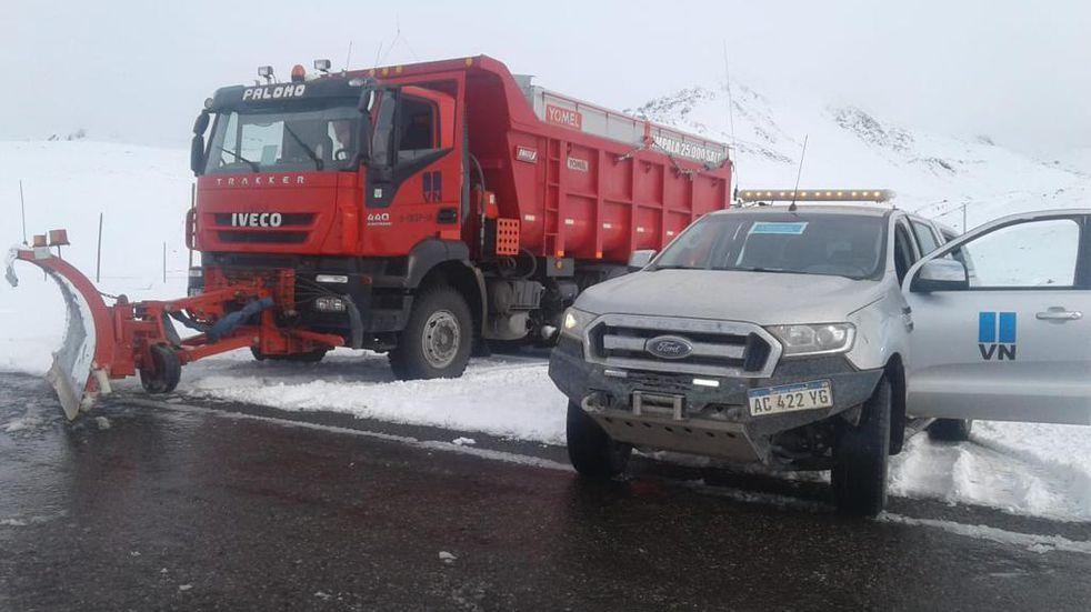 Paso Pehuenche: después de las nevadas trabajan en el despeje del camino