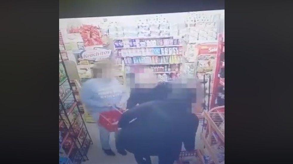 Robaron mortadelas y mayonesa de un súper chino y las escracharon con el video