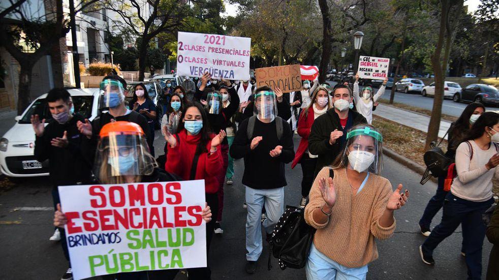 Alumnos de Odontología reclamaron por la vuelta de las clases presenciales